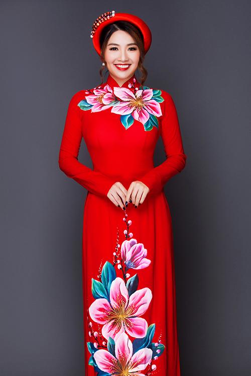 [Caption]Thay vì những mẫu áo dài ren cầu kỳ, cô dâu có thể gây ấn tượng với quan khách trong ngày trọng đại bằng áo dài lụa họa tiết hoa tươi sáng. Vải lụa tơ tằm có ưu điểm mềm, rủ nhưng vẫn đứng dáng, tạo nét sang trọng và thanh lịch.