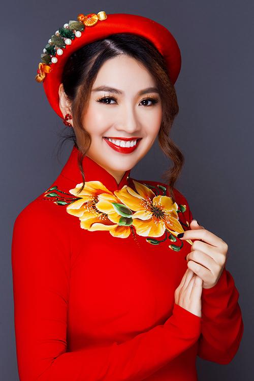 Xu hướng áo dài cưới vẽ hoa được nhiều cô dâu ưa chuộng trong ngày cưới vì phong cách trẻ trung, hiện đại mà vẫn phù hợp với đám cưới truyền thống.