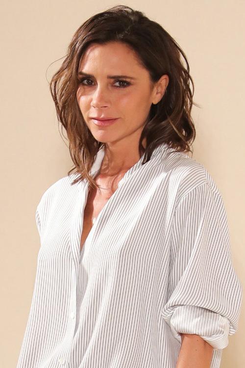 Hồi mới nổi, Victoria Beckham luôn xuất hiện với đôi gò bồng đào căng trong lấp ló sau những bộ trang phục gợi cảm hết cỡ. Tuy nhiên, khi đã dừ hơn, nhà thiết kế nổi tiếng nhận ra rằng điều này không còn là quan trọng và quyết định tháo bỏ chúng để quay trở về với kích thước thật.
