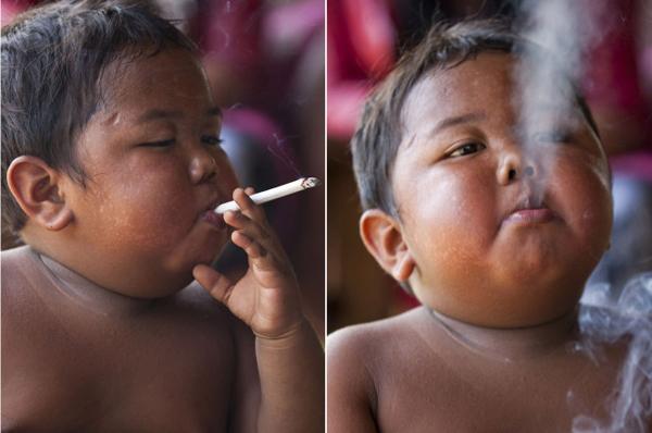 Hình ảnh phì phèo đuối thuốc gây sốc khi mới chỉ 2 tuổi của cậu bé người Indonesia khiến cả thế giới sốc.