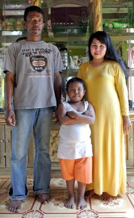 Ardi chụp ảnh cùng bố mẹ khi cậu bé 4 tuổi.