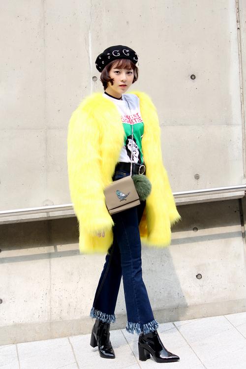 Xuất hiện tại ngày thứ hai của tuần lễ thời trang, diễn viên Tam Triều Dâng chọn áo lông vàng tươi để giúp mình thu hút mọi ánh nhìn.