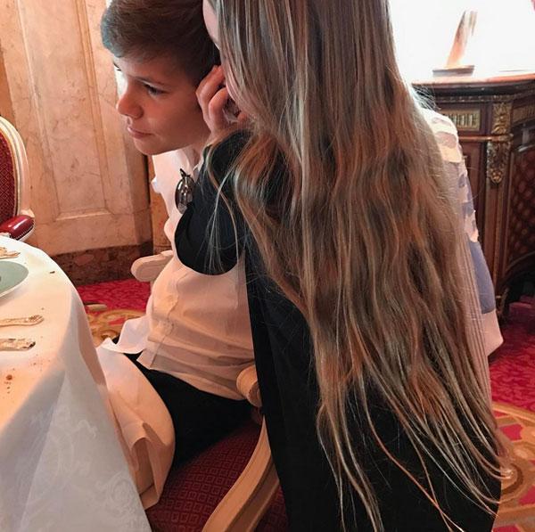 Trên Instagram vài giờ trước, Romeo gây chú ý với bức ảnh tình cảm bên em gái.