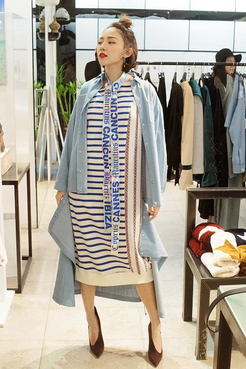 Trong chuyến công tác tại Hàn Quốc lần này, ngoài lịch dự Seoul Fashion Week, Tóc Tiên còn có buổi gặp gỡ nhà sản xuấtnhà sản xuất Kim Do Hoon, một trong hai CEO của RBW - công ty quản lý của nhóm nhạc nữ nổi tiếng MAMAMOO.