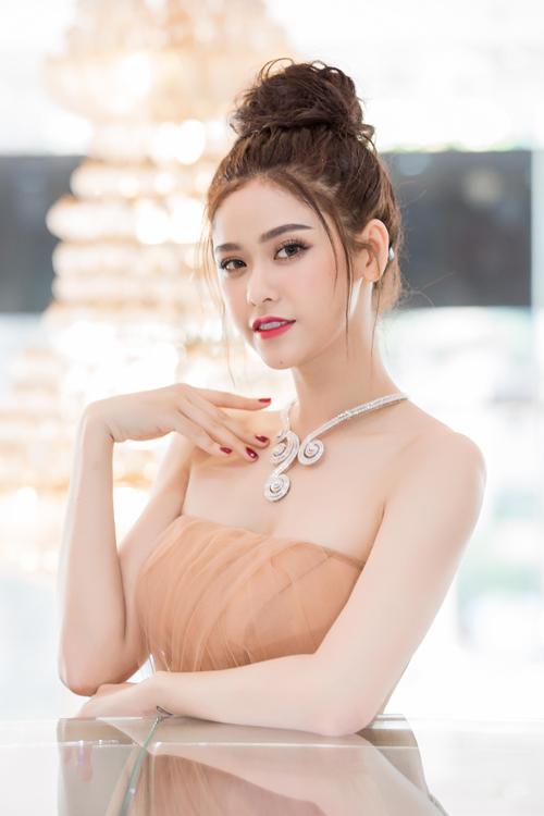 truong-quynh-anh-khoe-vai-tran-eo-thon-o-su-kien-2