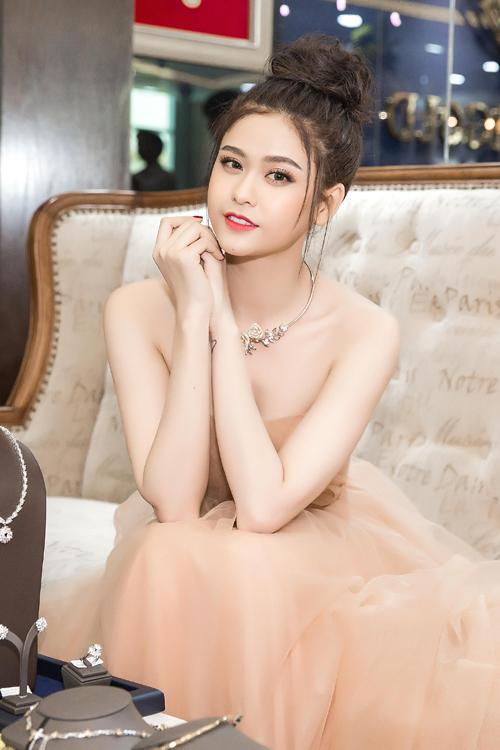 truong-quynh-anh-khoe-vai-tran-eo-thon-o-su-kien-5