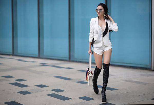 hanh-sino-mix-do-sexy-voi-trang-phuc-trang-den-6
