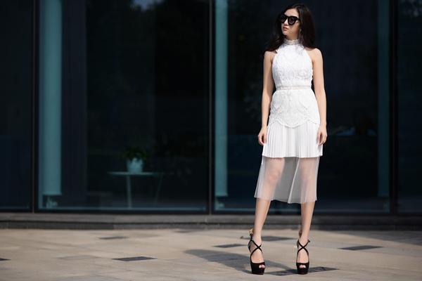 hanh-sino-mix-do-sexy-voi-trang-phuc-trang-den-7