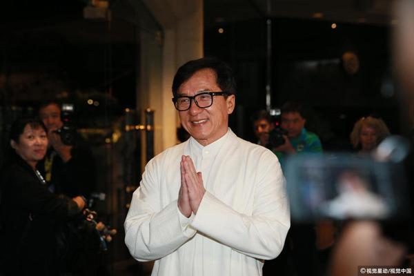 Thành Long cảm ơn quan khách, báo chí đã dành cho anh sự quan tâm đặc biệt trong suốt thời gian qua.