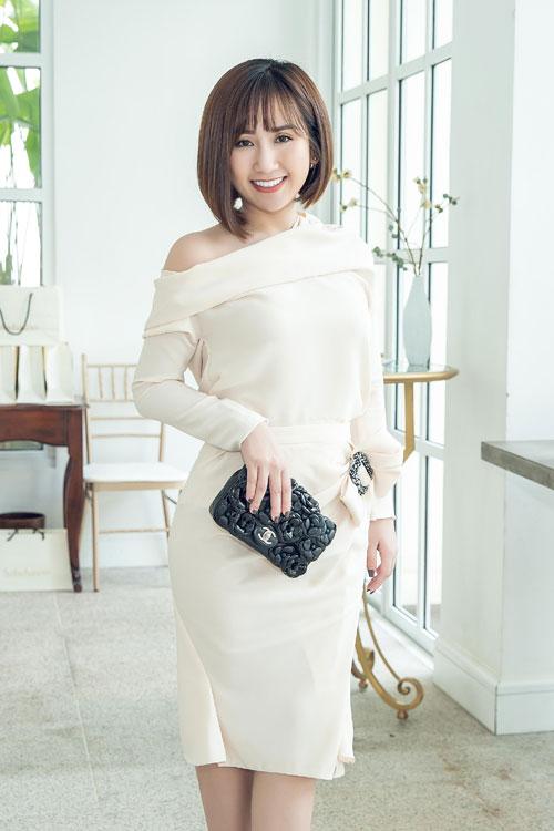Nữ doanh nhân diện chiếc váy có điểm nhấn là thắt lưng tôn lên vòng eo thon, kết hợp cùng nơ to bản cách điệu. Cô còn khéo léo kết hợp trang phục cùng ví cầm tay đen sang trọng của thương hiệu Chanel.
