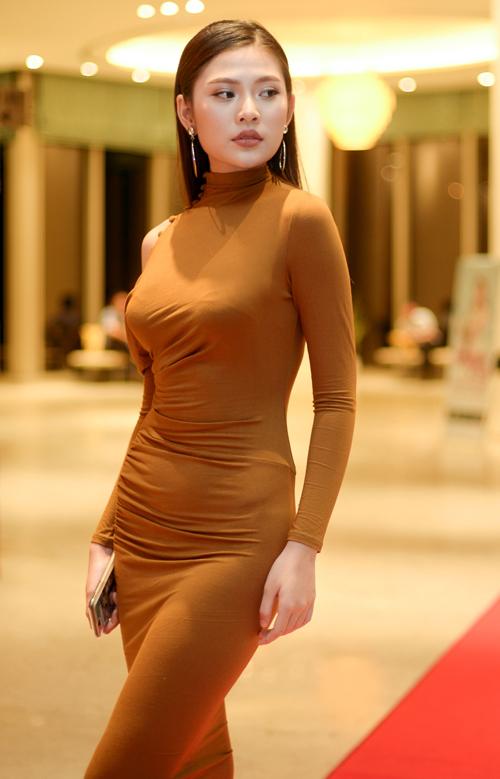 thu-hoai-mac-sexy-toi-chuc-mung-nguoi-dep-khanh-ngan-3