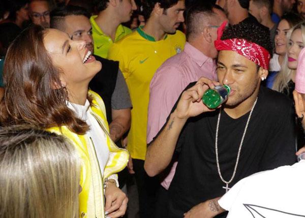neymar-quy-cung-ban-gai-mung-chien-tich-cua-brazil-1