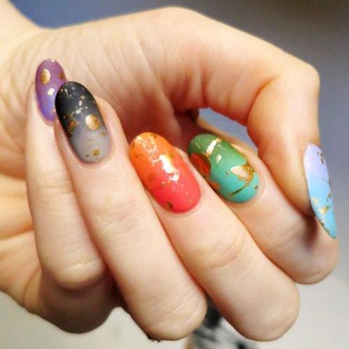 Kiểu vẽ móng mỗi ngón một màu rất được ưa chuộng trong mùa hè năm nay.