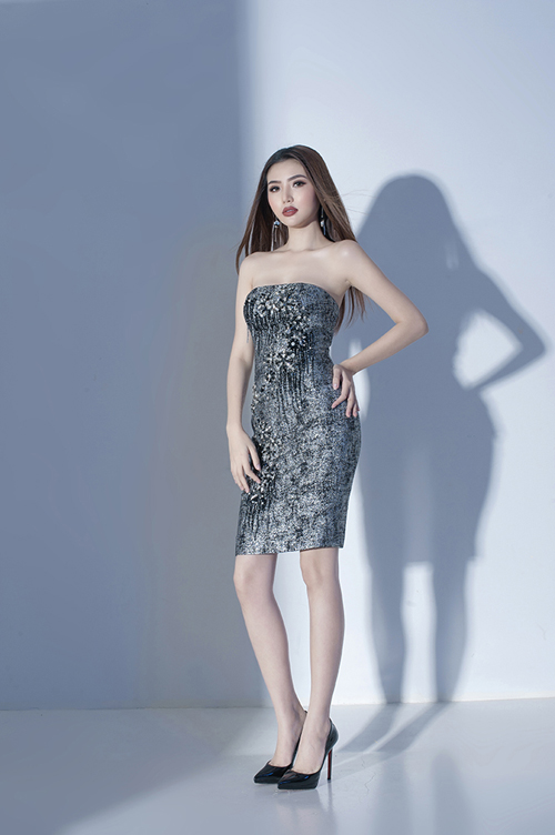 Chiếc váy cúp ngực lại biến Ngọc Duyên trở thành quý cô tiệc tùng sang chảnh với màu sắc bắt mắt cùng loạt chi tiết đính kết kỳ công, tỉ mỉ đến từng đường nét.