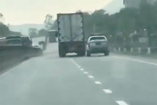 chay-qua-toc-do-tai-xe-container-chen-oto-canh-sat-khi-bi-truy-duoi