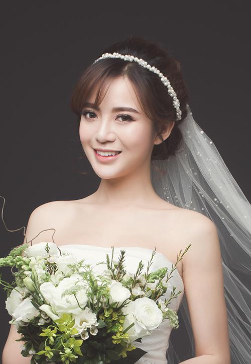 [Caption]Fan nữ MU nổi tiếng ở Việt Nam xinh tươi, duyên dáng khi diện áo dài đỏ, thêu hoa trắng.