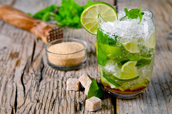 Nước chanh Một cốc nước chanh pha loãng hoặc kết hợp chanh với mật ong, gừng& sẽ giúp bạn thanh lọc cơ thể, đào thải độc tố mà còn giúp đốt cháy mỡ thừa một cách nhanh chóng.