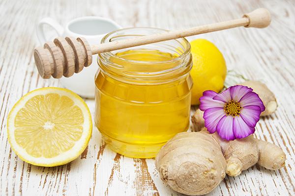 Nước gừng mật ong Gừng có tính ấm, một tách trà gừng vào buổi sáng không chỉ giúp bạn cảm thấy ấm lòng hơn mà còn giúp cho quá trình giảm béo diễn ra thuận lợi hơn. Loại nước uống này sẽ giúp bạn giảm cân hiệu quả, đốt cháy mỡ thừa