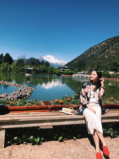 Mùa xuân và mùa thu, mùa xuân đi được ngắm hoa đào còn mùa thu được ngắm lá vàng lá đỏ và tuyết ngập lối trên núi Ngọc Long