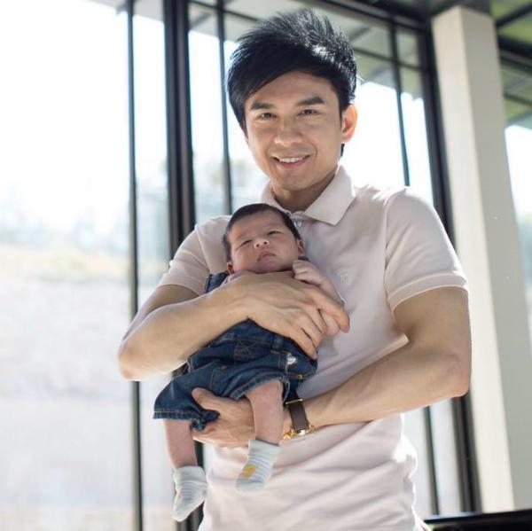 Đan Trường thay avatar trên Facebook bằng bức ảnh chụp cùng hoàng tử nhỏ Thiên Từ.