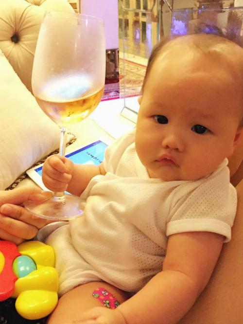 Con gái Phan Như Thảo rầu rĩ vì tiêm phòng: Người buồn cảnh có vui đâu bao giờ. Chích ngừa quài toy rầu quá đi.