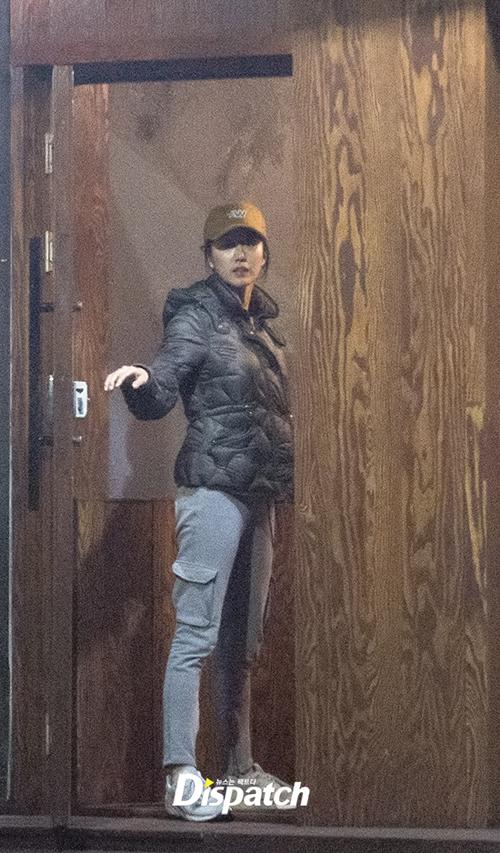 Dispatch hôm 3/4 tung ảnh Lee Jun Ki và đồng nghiệp Jeon Hye Bin đi ăn tối với nhau. Cặp đôi