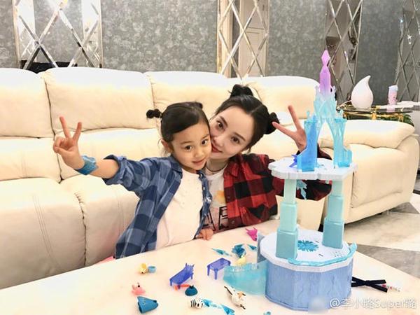 Lý Tiểu Lộ cùng con gái cưng chơi đùa