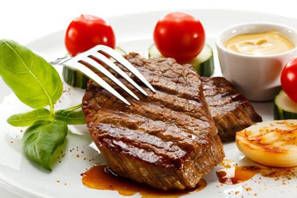 Chất béo bão hòa có trong thịt đỏ à yếu tố đẩy nhanh quá trình lão hóa.