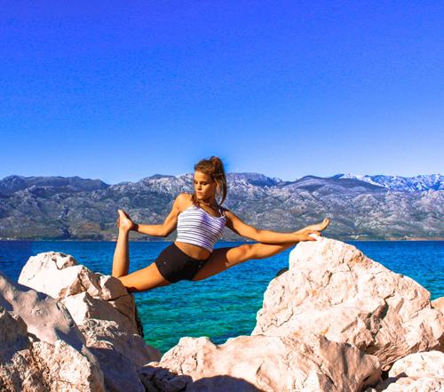 [Nữ phi công 29 tuổi chia sẻ cô thực sự yêu thích môn yoga sau một tai nạn trượt tuyết năm 2008 khiến cô liên tục đau lưng.