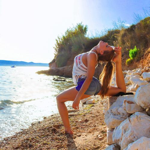 nu-phi-cong-thuy-dien-dang-dep-nhu-nguoi-mau-nho-tap-yoga-tren-moi-dia-hinh-5