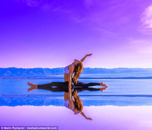 nu-phi-cong-thuy-dien-dang-dep-nhu-nguoi-mau-nho-tap-yoga-tren-moi-dia-hinh-7