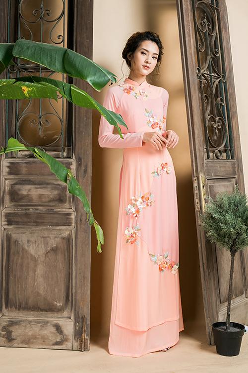 [Caption]Vải lụa tơ tằm có độ mềm, rủ nhưng vẫn đứng dáng, tạo nét sang trọng và thanh lịch cho cô dâu trong ngày trọng đại.