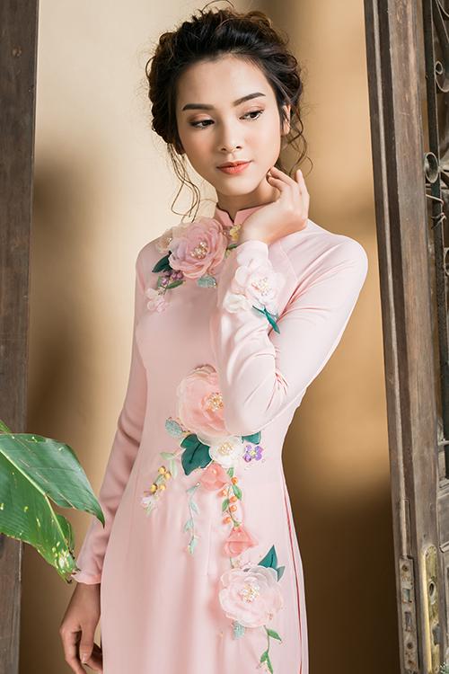 [Caption]Áo dài lụa thích hợp cho mùa xuân hè, tạo cảm giác mát mẻ, nhẹ nhàng và bay bổng. Trên nền lụa màu hồng phấn, họa tiết hoa nhí được thêu tay tỉ mỉ tạo điểm nhấn.