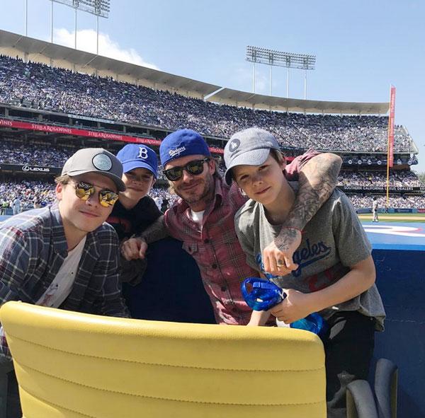 Becks đưa ba con trai tới dự ngày khai mạc giải bóng chày ở Mỹ