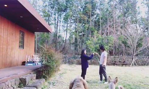 Vợ chồng Lee Hyori hạnh phúc nhảy múa trước hiên nhà