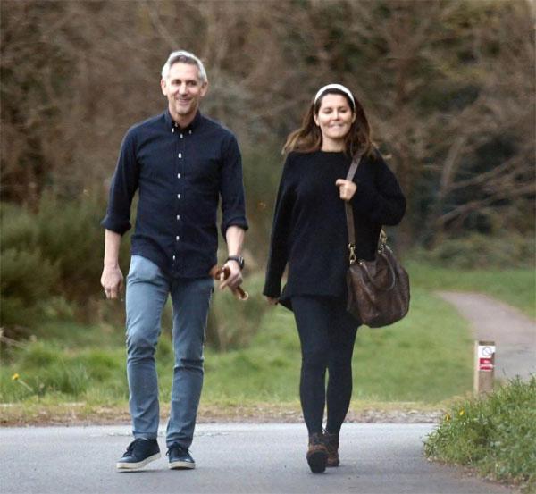 Cựu danh thủ Anh và vợ cũ vui vẻ đi dạo