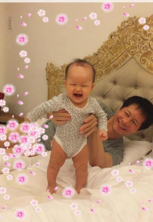 Con gái Phan Như Thảo cười tít mắt khi chơi cùng bố. Cựu siêu mẫu viết: Cha con cô hai tôm khô siu quậy cười là tít mắt hok thấy tổ quốc nữa.