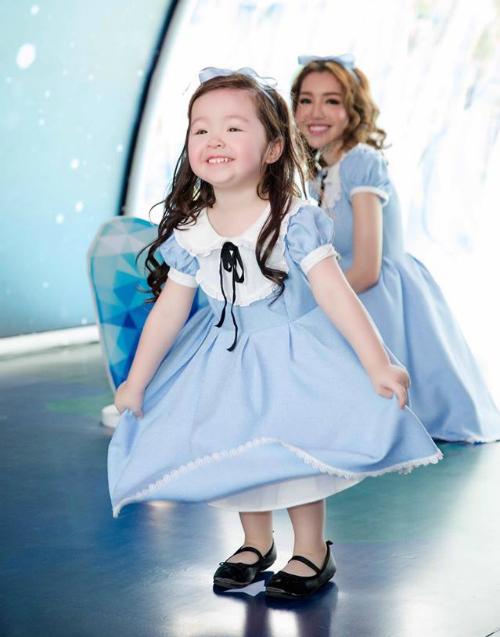Cadie hào hứng khi mặc đồ đôi cùng mẹ Elly Trần.