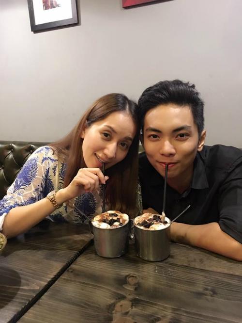 Vợ chồng Khánh Thi - Phan Hiển cũng nhau đi uống cà phê muộn như bao cặp tình nhân.