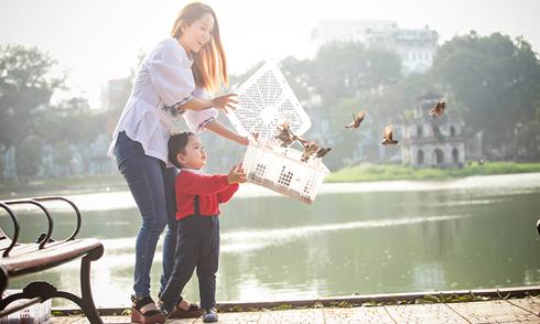 Kubi đi thả chim phóng sinh với mẹ Khánh Thi