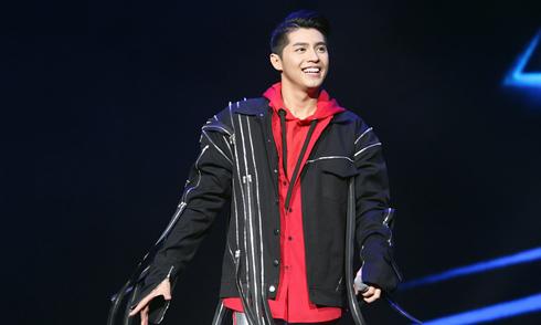 Noo Phước Thịnh là ca sĩ Việt duy nhất diễn tại lễ trao giải ở Malaysia