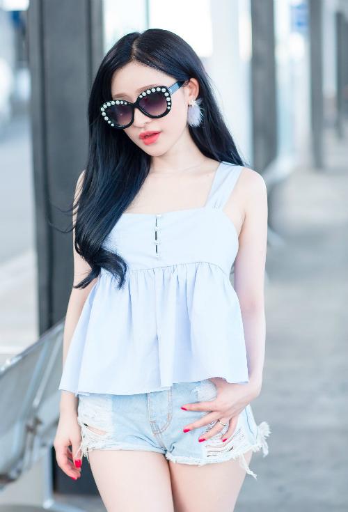 hot-girl-ivy-dien-quan-short-ngan-cun-khoe-da-trang-o-san-bay-4