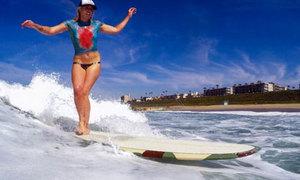 Dàn mẫu trẻ mặc 'bikini tàng hình' lướt sóng trên biển Manhattan