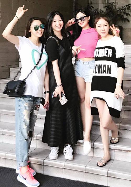 hot-girl-ivy-dien-quan-short-ngan-cun-khoe-da-trang-o-san-bay-8
