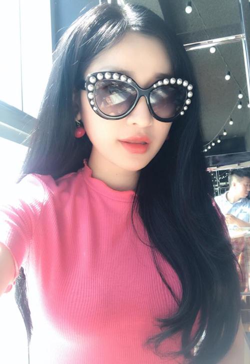 hot-girl-ivy-dien-quan-short-ngan-cun-khoe-da-trang-o-san-bay-6