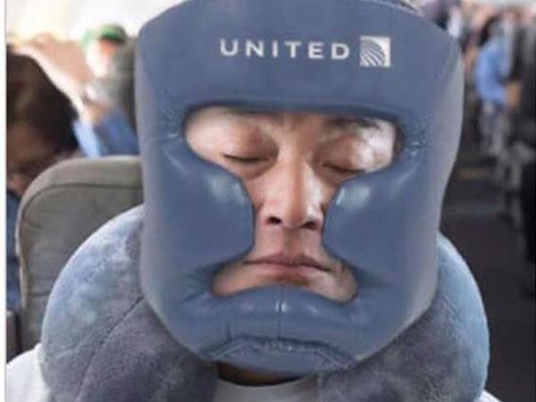 anh-che-vu-hanh-khach-goc-viet-bi-loi-khoi-may-bay-united-airlines