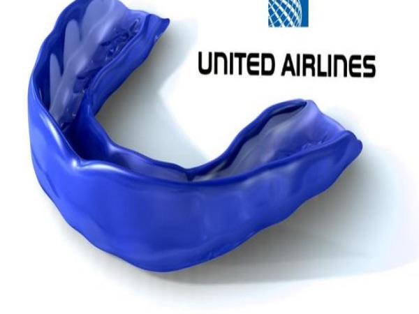 anh-che-vu-hanh-khach-goc-viet-bi-loi-khoi-may-bay-united-airlines-1