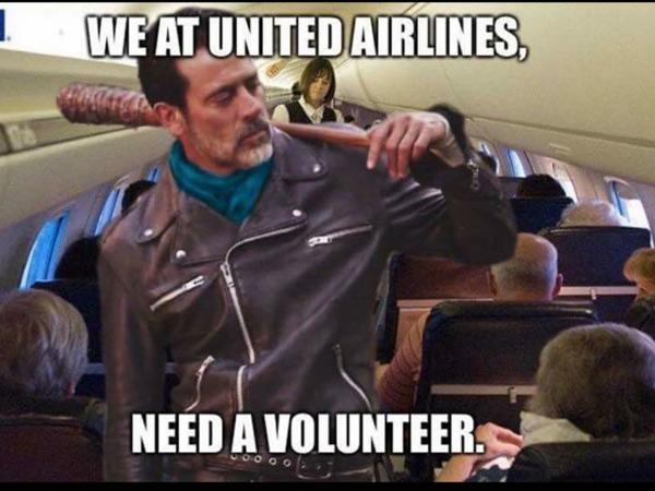 anh-che-vu-hanh-khach-goc-viet-bi-loi-khoi-may-bay-united-airlines-3