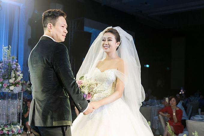 Chủ nhân của đám cưới hoành tráng này là chú rể Đăng Tuấn và cô dâu Vân Anh.Đăng Tuấn vốn là một doanh nhân thành đạt hiện đang sinh sống và làm việc tại Nga