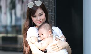 Á hậu Diễm Trang dạo phố cùng con gái 6 tháng tuổi